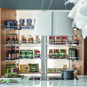 TANDEM 1 + 2 - w systemie można umieścić produkty zarówno na drzwiach, jak i półkach wewnętrznych. Fot. Peka