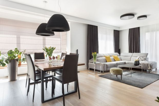 W tym domu rządzą proste zasady aranżacyjne. Stonowane kolory oraz wysokiej jakości materiały budują nowoczesny, a zarazem przytulny klimat. Dzięki temu dobrze czują się tu nie tylko właściciele, ale też odwiedzający ich goście.