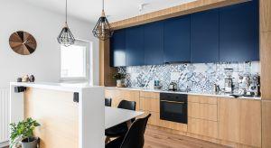 Kropla morskiego błękitu, odrobina śródziemnomorskiego stylu i szczodra dawka dębowego drewna – taki przepis na kuchnię właścicielom tego mieszkania w Gdańsku zaproponowały Magdalena i Maria.