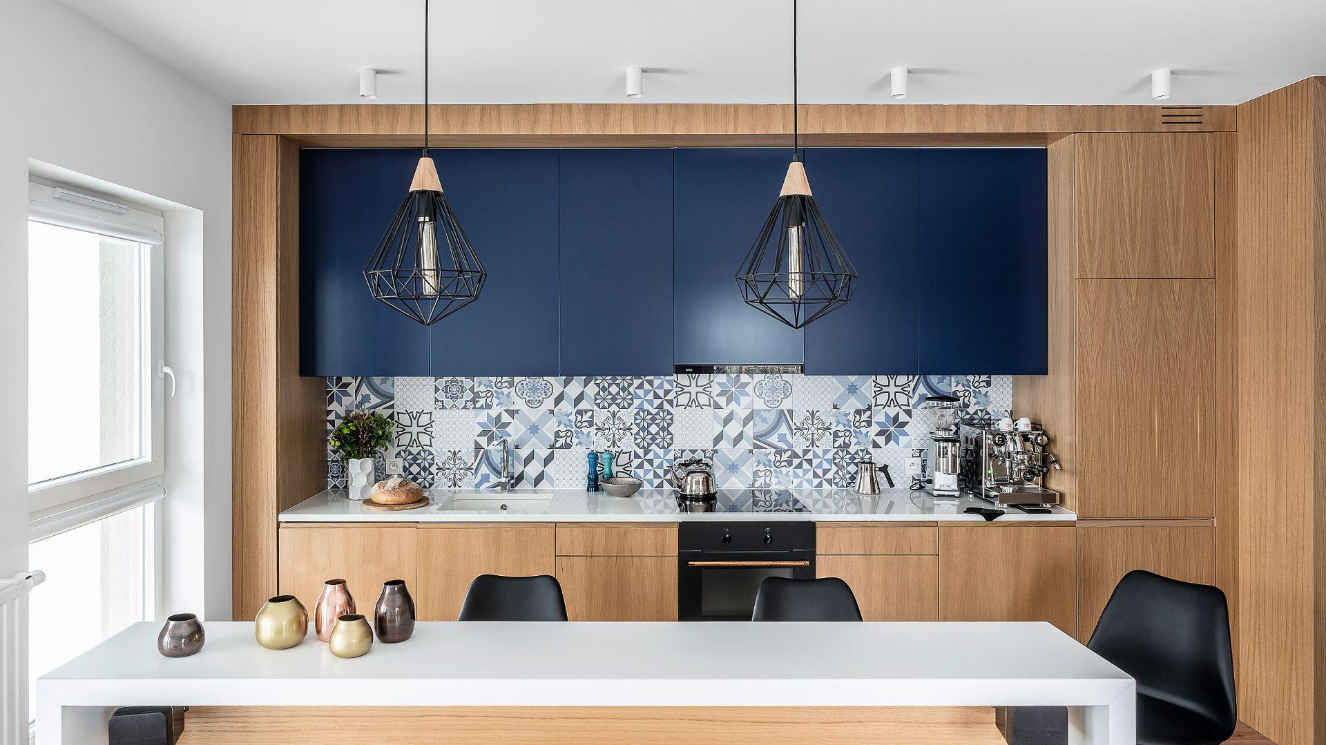 Kuchnia jest bardzo ergonomiczna i funkcjonalna. Znalazły się w niej wszystkie sprzęty niezbędne do domowego kucharzenia: piekarnik, płyta kuchenna i okap.