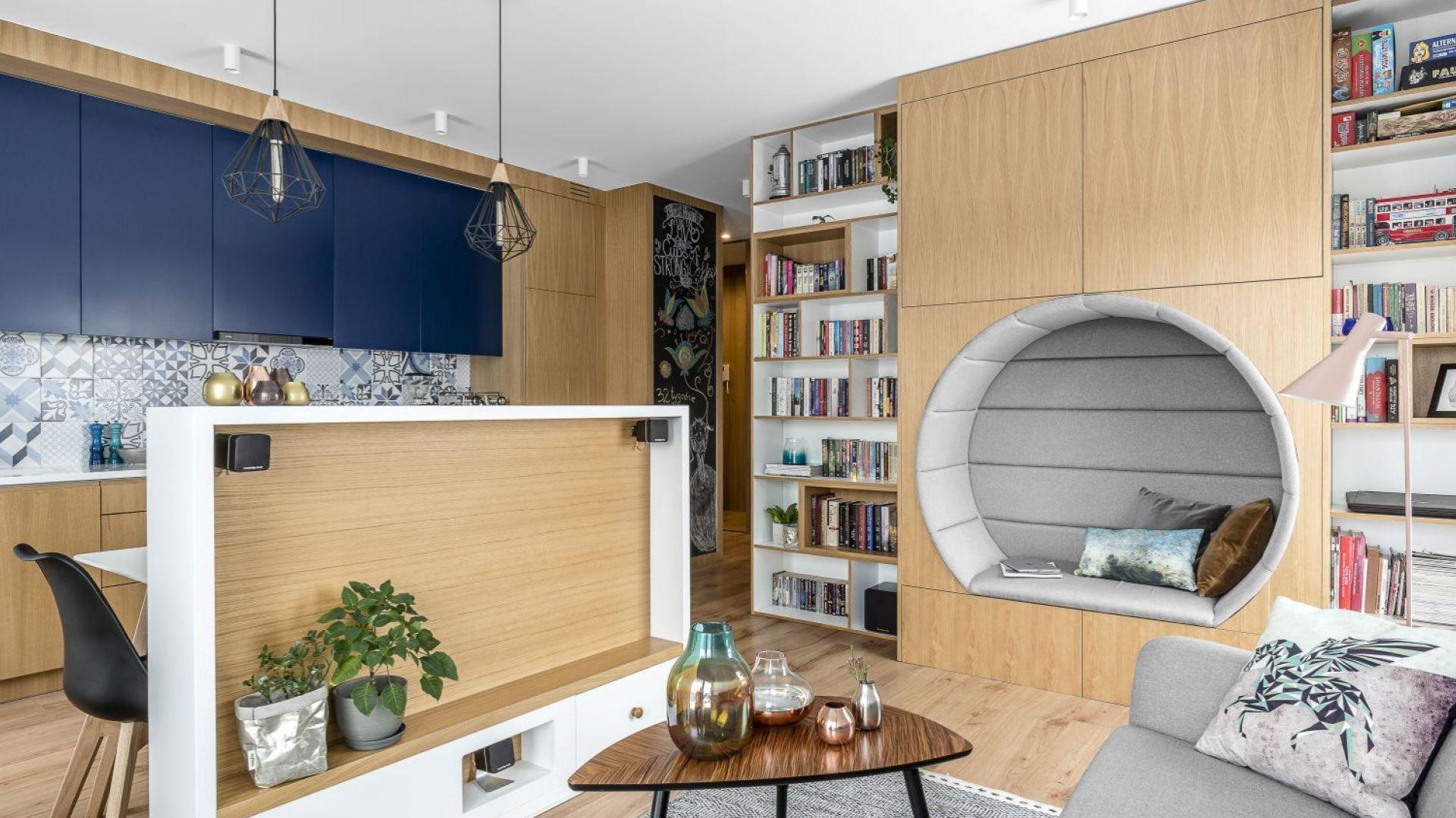 Ponieważ kuchnia i salon stanowią wspólną otwartą strefę dzienną, autorki projektu dużo uwagi poświęciły spójności aranżacyjnej obu pomieszczeń.