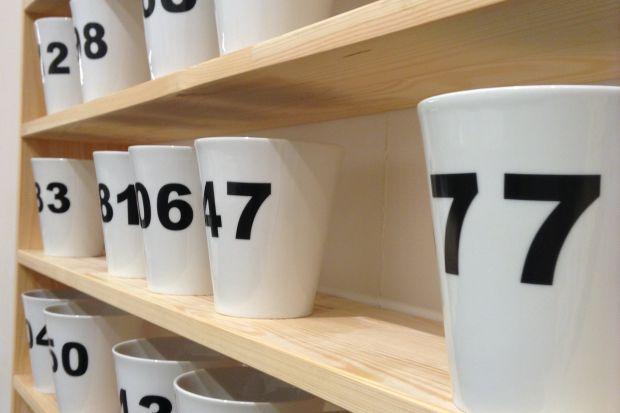 Random to kubek, którym dosłownie… rządzi przypadek. Układ cyfr na każdym z nich jest nieprzewidywalny i bardzo rzadko się powtarza, bo losowo wybrane trzy cyfry tworzą aż 999 możliwych kombinacji.