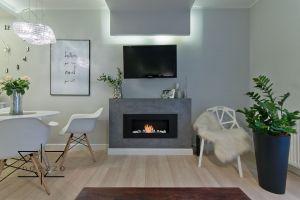 Wykończone pod klucz mieszkanie mieści salon z kuchnią w zabudowie, sypialnię, łazienkę oraz pokój gościnny. Projekt: Ewelina Rydzewska (Indezzo)