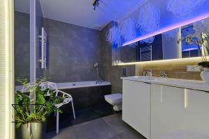 Ledowe oświetlenie pozwala stworzyć nastrój, sprzyjający odprężeniu w łazience. Projekt: Ewelina Rydzewska (Indezzo)