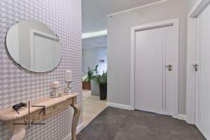 W każdym z pomieszczeń znajduje się pojemna szafa, wyposażona w lustrzane drzwi, które optycznie powiększają przestrzeń i są niewidoczne. Projekt: Ewelina Rydzewska (Indezzo)