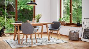 Drewno wnosi do aranżacji naturalny urok i niepowtarzalny charakter. Meble i podłogi z drewna albo materiałów odwzorowujących jego naturę wyczarują w wnętrzu niepowtarzalny klimat.