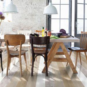 Nowoczesna technologia pozwala odwzorować na powierzchni podłóg laminowanych wygląd każdego gatunku drewna i zaproponować wzory pasujące do różnej stylistyki wnętrz. Fot. Quick Step