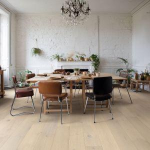 Podłoga drewniana z kolekcji Palazzo o wzorze zamrożony dąb. Wykończenie lakierowane, ekstramatowe. Fot. Quick-Step