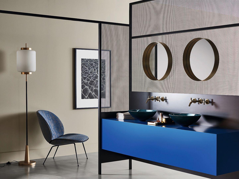 AQUA – nowe wykończenie umywalek marki Alape zainspirowane naturą, z niuansami i gradientami koloru, które wyróżniają się dzięki szklanemu wyglądowi; m.in. w pięknym kolorze głębokiego indygo Deep Indigo. Fot. Alape