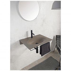 """VEIL – umywalkę naścienną charakteryzuje nietuzinkowa, """"płynąca"""" forma niczym wyrzeźbiona przez wodę; wykonana z arkuszu ceramicznego; dostępna w wykończeniach błyszczącym i matowym. Fot. Scrabaeo Ceramiche"""