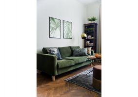 Z zieloną kanapą idealnie kontrastują szaro-niebieskie dodatki. Projekt: Magdalena Miśkiewicz. Zdjęcia: Anna Powałowska