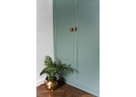Drzwi szafy zdobią piękne mosiężne uchwyty. Projekt: Magdalena Miśkiewicz. Zdjęcia: Anna Powałowska