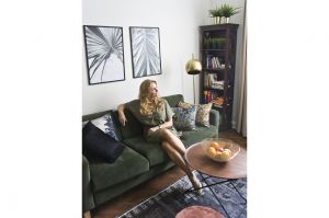 Wsalonie króluje wygodna kanapa, pokryta głębokim zielonym aksamitem, doskonale harmonizującym z ciemnym drewnem mebli oraz parkietu. Projekt: Magdalena Miśkiewicz. Zdjęcia: Anna Powałowska