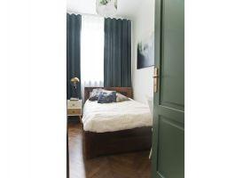 Drzwi wewnętrzne pomalowano nazielony kolor idealnie współgrający zkanapą iszafą, a także ozdobiono mosiężnymi okuciami iklamkami. Projekt: Magdalena Miśkiewicz. Zdjęcia: Anna Powałowska