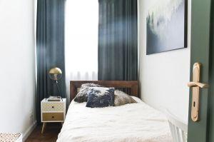 Malutka sypialnia utrzymana jest wtejsamej kolorystyce co reszta mieszkania. Projekt: Magdalena Miśkiewicz. Zdjęcia: Anna Powałowska