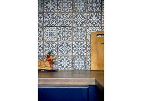 Ścianę nadblatem wykończono wzorzystymi kaflami (płytki azulejos). Projekt: Magdalena Miśkiewicz. Zdjęcia: Anna Powałowska