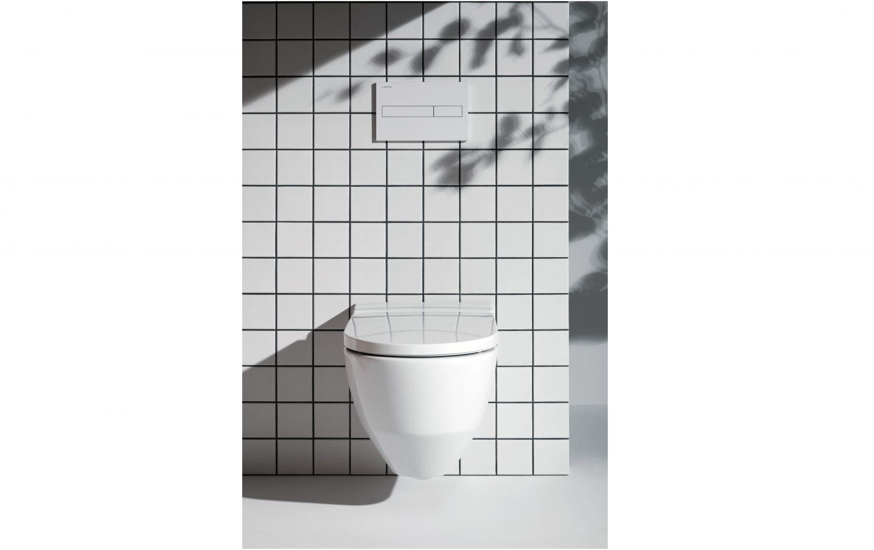 Toaleta myjąca Navia oferuje 7 regulowanych poziomów siły i pozycji strumienia natrysku oraz temperatury wody; bezkołnierzowa miska w.c. z higieniczną powłoką LCC. Fot. Laufen