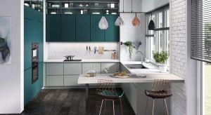 Zdecydowane kolory zagościły w kuchennych wnętrzach. To ciekawa propozycja dla osób, które chcą odejść od zachowawczych beżów czy szarości i nie boją się eksperymentować. Aranżacje nawiązujące do kamieni szlachetnych są jak klejnoty –