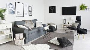 Jasne i pełne światła mieszkanie zaaranżowano bazując na chłodnych, skandynawskich odcieniach bieli, szarości oraz beżu. Projekt: Magdalena Miśkiewicz. Zdjęcia: Anna Powałowska