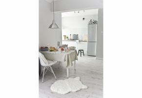 Mieszkanie w stylu skandynawskim - jadalnia z widokiem na kuchnię. Projekt: Magdalena Miśkiewicz. Zdjęcia: Anna Powałowska