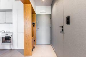 Niewielkie mieszkanie dla rodziny - przedpokój. Projekt: Magdalena i Tomasz Jakimyszyn (Soft Loft). Fot. Magda i Piotr Motrenko