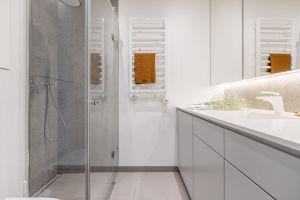 Niewielkie mieszkanie dla rodziny - łazienka. Projekt: Magdalena i Tomasz Jakimyszyn (Soft Loft). Fot. Magda i Piotr Motrenko