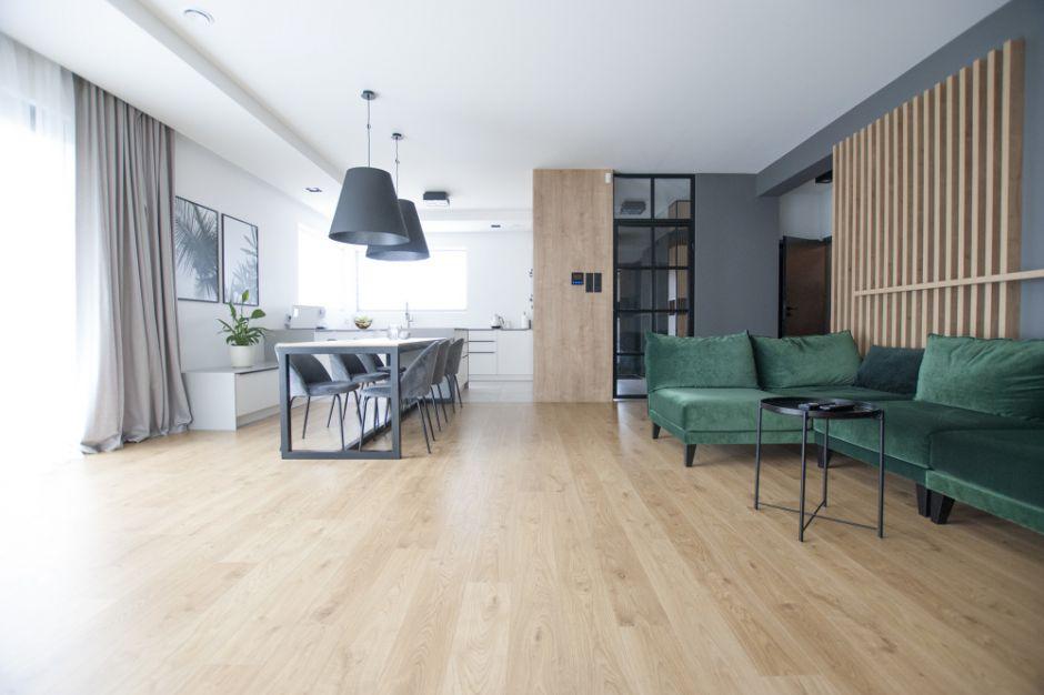 Nowoczesny dom - zobacz jasne, przestronne wnętrze