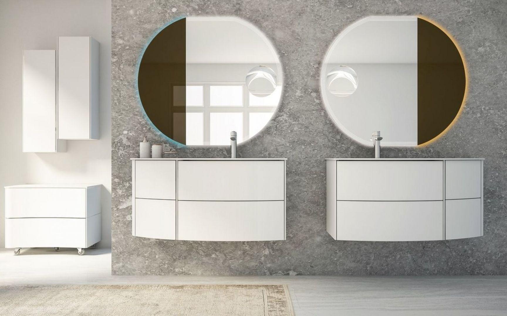 Modularne meble łazienkowe wraz z Led-owymi okrągłymi lustrami od firmy Baden Haus. Fot. Baden Haus