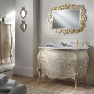Piękne zdobione lustro wraz z meblami łazienkowymi w iście barokowym stylu od firmy Bagnobombato. Fot. Bagnobombato