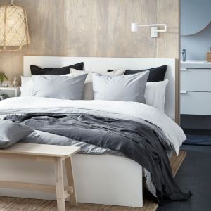 Meble do sypialni dostępne w ofercie firmy IKEA: łóżko i komoda Malm, otwarta szafka nocna Ekert, ława Norraker. Fot. IKEA