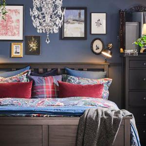 Meble do sypialni dostępne w ofercie firmy IKEA: łóżko i komoda Hemnes, stolik Kragsta, szafa Pax. Fot. IKEA