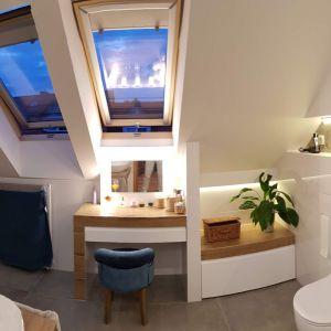 Z pokojami na piętrze sąsiaduje przestronna łazienka, doświetlona dwoma oknami dachowymi. Fot. Studio BB Architekci