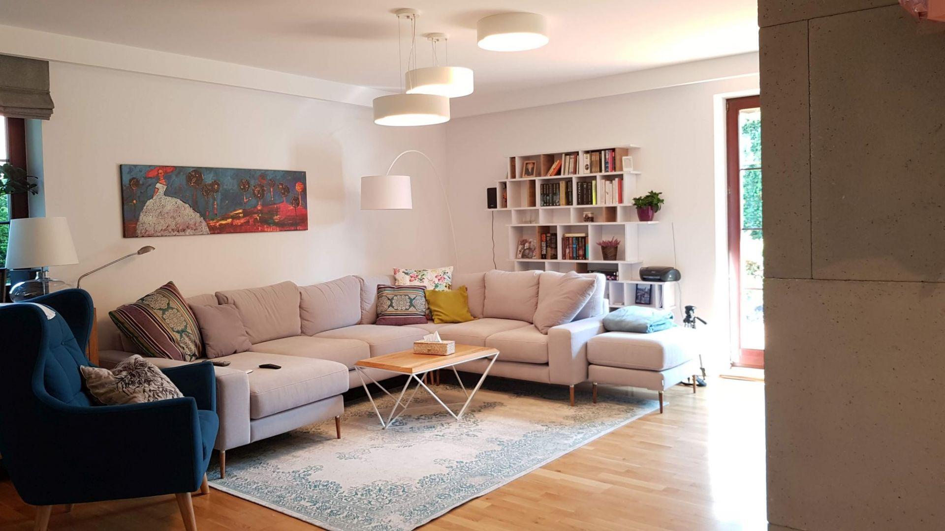 Na parterze znajduje się otwarta przestrzeń dzienna składająca się z salonu, jadalni oraz kuchni, łazienka dla gości, otwarta klatka schodowa. Fot. Studio BB Architekci