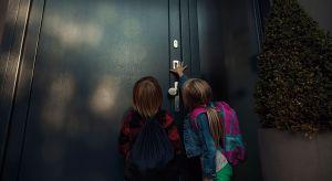 Wraz z nadejściem roku szkolnego przekazujemy dziecku pod opiekę klucze do domu. Warto ograniczyć ich liczbę do minimum i postawić na takie rozwiązania, które zagwarantują maksymalne bezpieczeństwo i wygodę ich użytkowania.