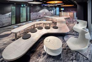 Zwiększona została waga takich elementów jak przestrzenie do spotkań ad-hoc, strefy miękkie czy przestrzenie do współpracy. Teraz zajmują jeszcze więcej miejsca dając szersze możliwości dla pracy w zespołach. Projekt: Massive Design. Fot. Szymon Polanski