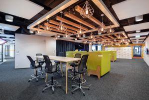 Przy wykorzystaniu wszystkich elementów składających się na aranżację w myśl zasady Activity Based Working w nowo otwartej przestrzeni może pracować nawet 500 osób. Projekt: Massive Design. Fot. Szymon Polanski