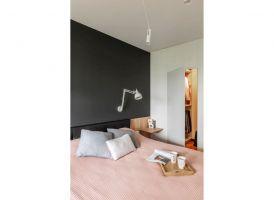 Z sypialni do garderoby prowadzą ukryte w ścianie drzwi. Projekt i zdjęcia: Deer Design
