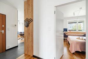 Neutralna biel ścian dobrze podkreśla charakter mieszkania. Projekt i zdjęcia: Deer Design