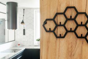 Loftowy styl i naturalne drewno pięknie się uzupełniają i komponują. Projekt i zdjęcia: Deer Design