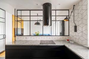 Widok z kuchni na jadalnię i część wypoczynkową. Projekt i zdjęcia: Deer Design