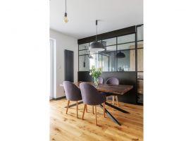 Szklana ścianka pozwoliła zamknąć przestrzeń, jednocześnie nie ograniczając widoku z kuchni na salon i swobodnego przepływu światła pomiędzy pomieszczeniami. Projekt i zdjęcia: Deer Design