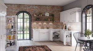 Decydując się na klasyczną, bądź stylizowaną kuchnięnie musimyrezygnować z nowoczesnych elementów. Funkcjonalne akcesoria meblowe równie dobrze sprawdzą się w kuchniach rodem z loftu, jak i wiejskiej rezydencji.