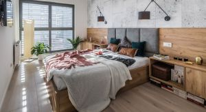 Piękna tapeta, drewno, cegła, farba czy tapicerowany zagłówek? Sposobów na aranżację ściany za łóżkiem jest wiele. Zobaczcie jakie rozwiązania proponują polscy architekci.
