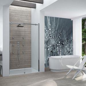 Wanna wolnostojąca i wnęka prysznicowa z drzwiami przesuwnymi. Fot. Sanplast