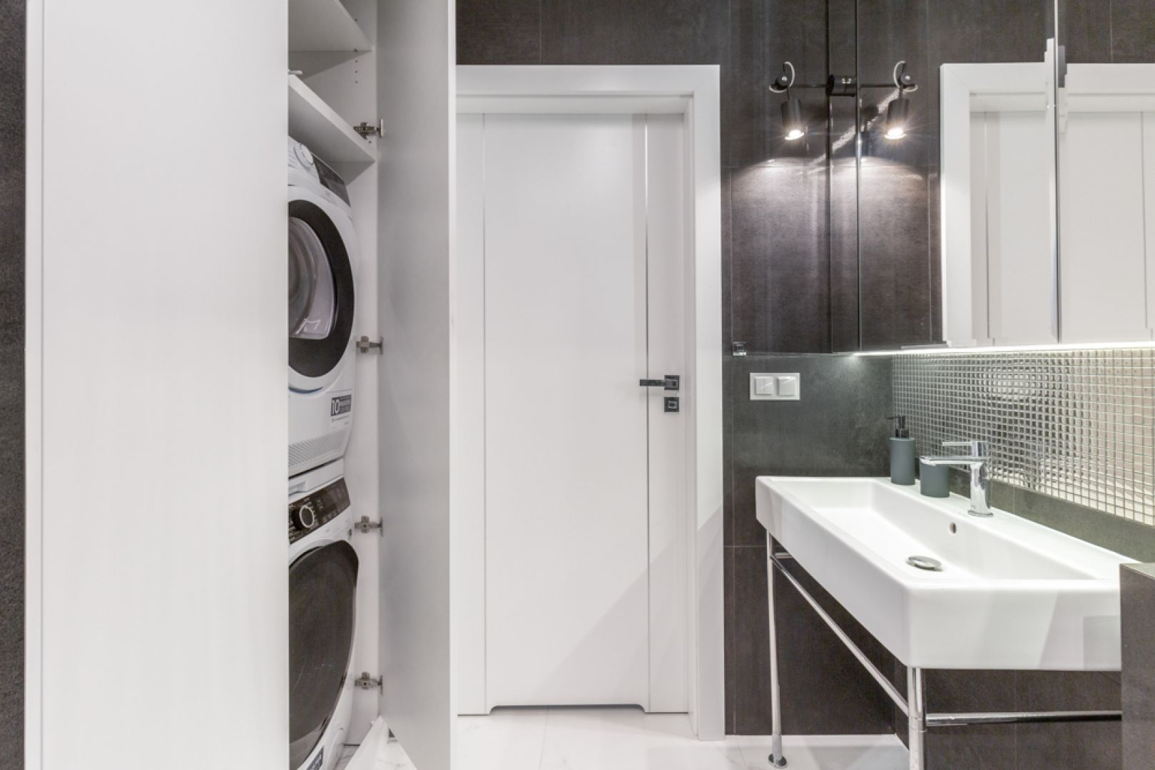 Srebrna mozaika dodaje łazience blichtru i szyku. Projekt: Joanna Rej. Realizacja: Gama Design. Fot. Pion Poziom