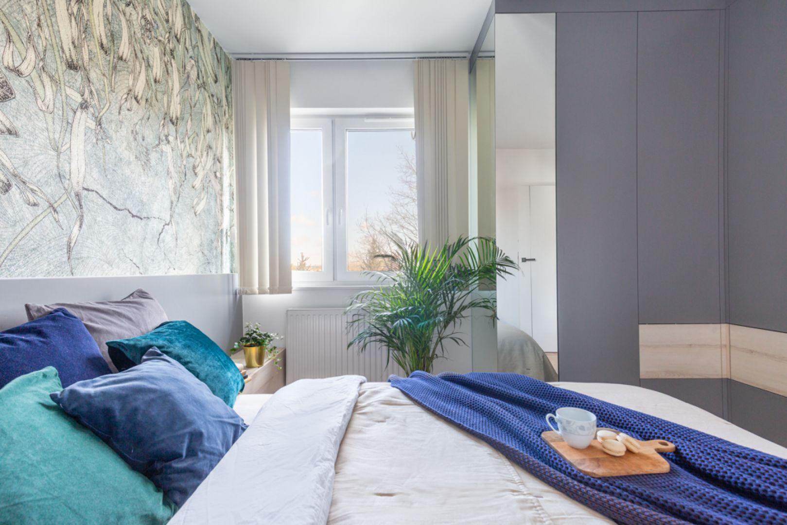 Szarości królują również w sypialni.Projekt: Joanna Rej. Realizacja: Gama Design. Fot. Pion Poziom