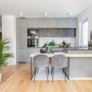 Salon od kuchni oddziela półwysep z przedłużonym blatem. Projekt: Joanna Rej. Realizacja: Gama Design. Fot. Pion Poziom