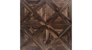 Kaseton podłogowy we wzorze Deco 2, wykonany z Orzecha Amerykańskiego, powierzchnia szlifowana, zabezpieczona matowym lakierem, konstrukcja warstwowa, wymiary elementu: 15/4x600x600 mm. Produkt zgłoszony do konkursu Dobry Design 2020.