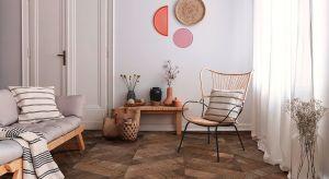 Podłoga we wzorze Jodły Francuskiej 60, wykonana z Dębu Europejskiego, klasa drewna – Natur, powierzchnia szczotkowana, zabezpieczona naturalnym olejowoskiem, fazowana 4V, w kolorze Terra, konstrukcja warstwowa, wymiary elementu: 15/4x250x660 mm. Pro