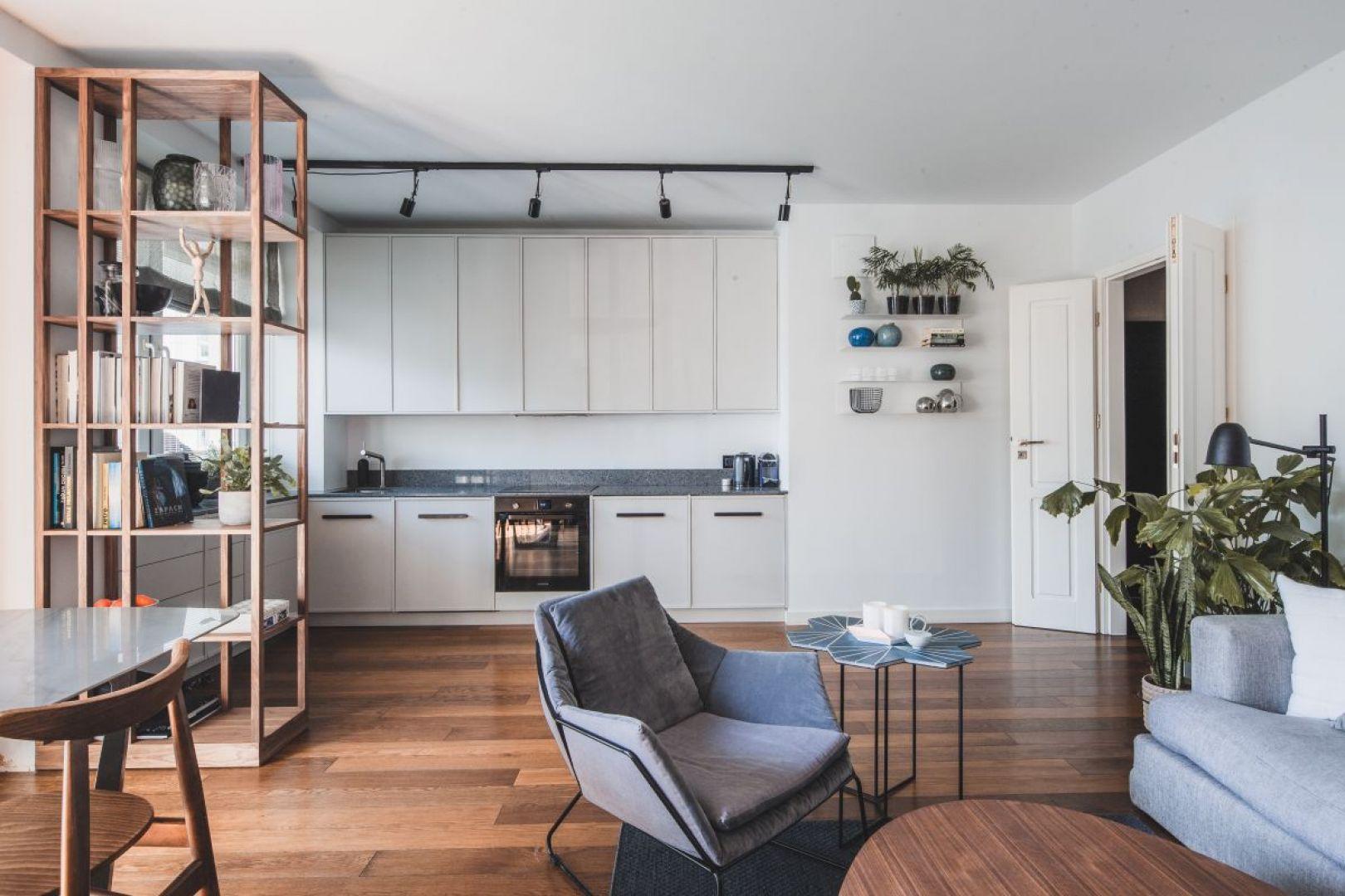 Mieszkanie zostało zaprojektowane tak, aby jak najlepiej wykorzystać niewielką przestrzeń, z jednoczesną dbałością o detale i estetykę. Projekt: Taff Architekci. Fot. Ignacy Matuszewski